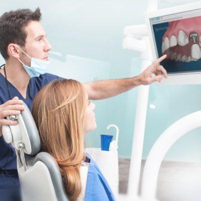 説明する歯科医師